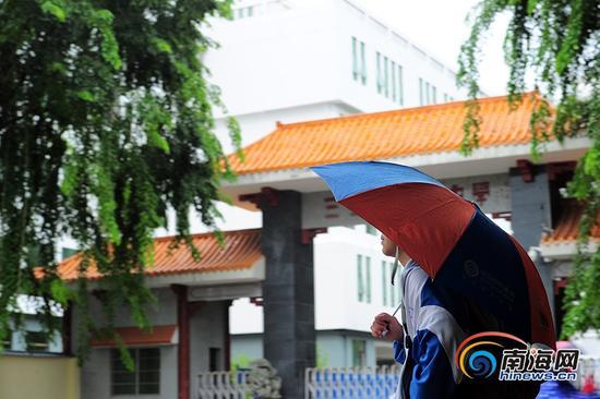 """9月14日下午,受今年第19号台风""""杜苏芮""""的影响,三亚全市中小学停课,学生陆续离开学校。南海网记者沙晓峰 摄"""