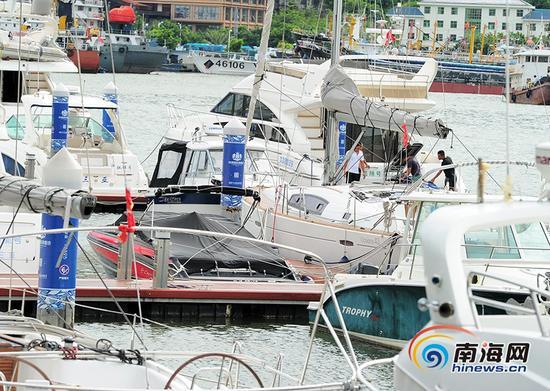 """9月14日,受今年第19号台风""""杜苏芮""""的影响,三亚涉海旅游项目关停,船只回港避风。南海网记者沙晓峰 摄"""