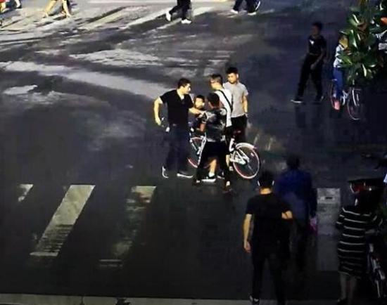 推自行车的白上衣男子系逃犯。警方供图