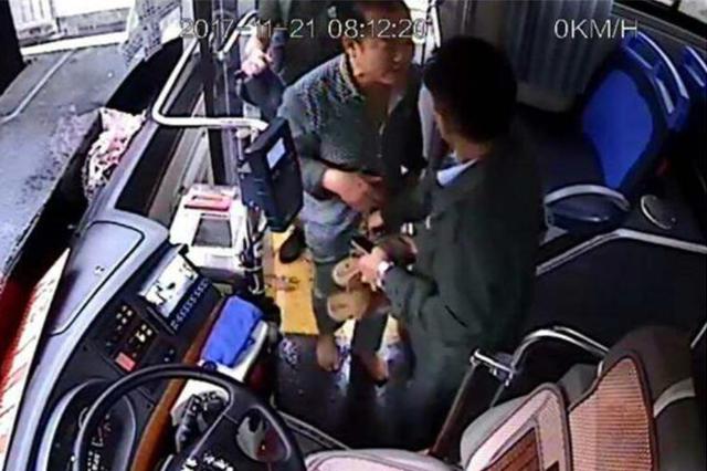 海口又现好司机!公交司机追回乘客被盗手机抓获一贼