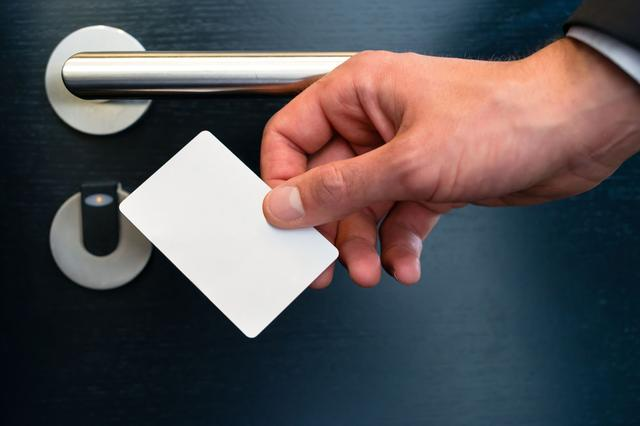 男子酒后要求酒店提供总房卡找女友 遭拒后殴打服务员