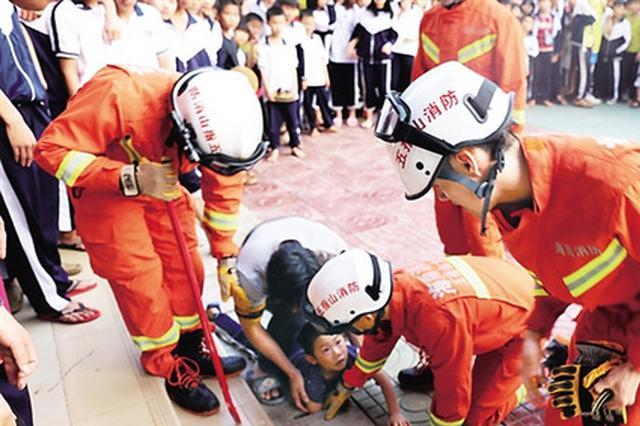 男孩手臂被下水道卡住 五指山市消防到场破拆施救
