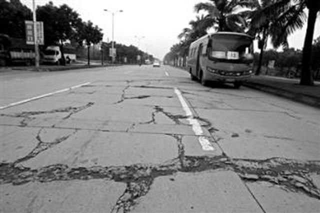 椰海大道破损路面何时修?海口市政部门回应