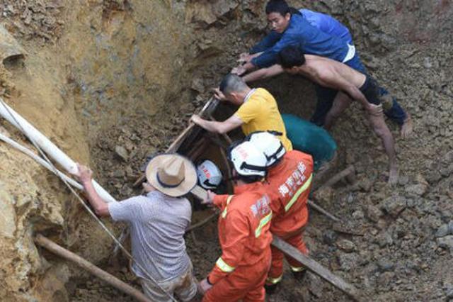 东方2名工人挖井遇塌方被困 1人获救1人死亡(图)