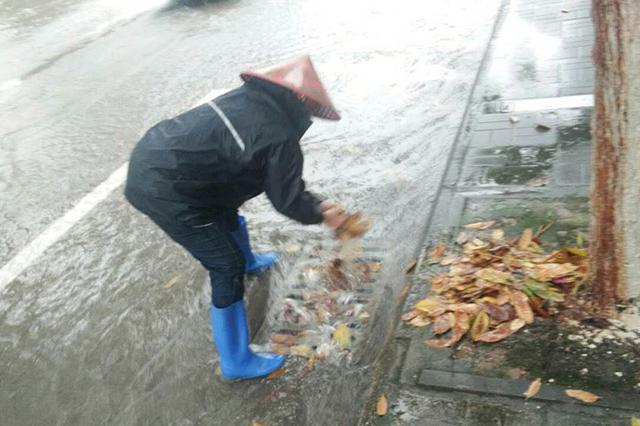海南万宁19日出现局部特大暴雨致多地低洼地积水