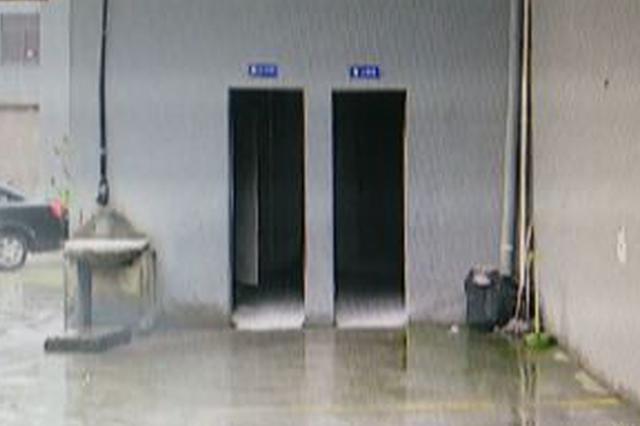 女子上厕所被喷射不明液体 隔间男子出门而逃(图)