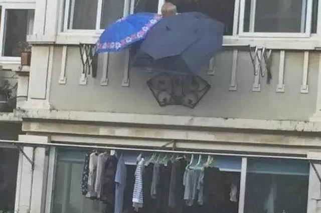 突如其来的大雨中 老人的这一举动刷爆朋友圈