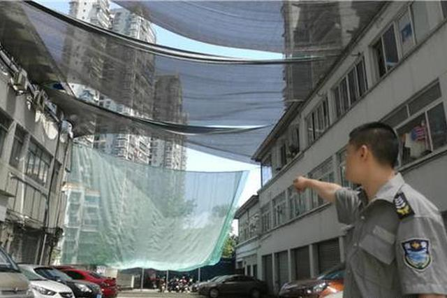 停车场频遭钢珠袭击10多辆车遭殃 民警撑伞躲避
