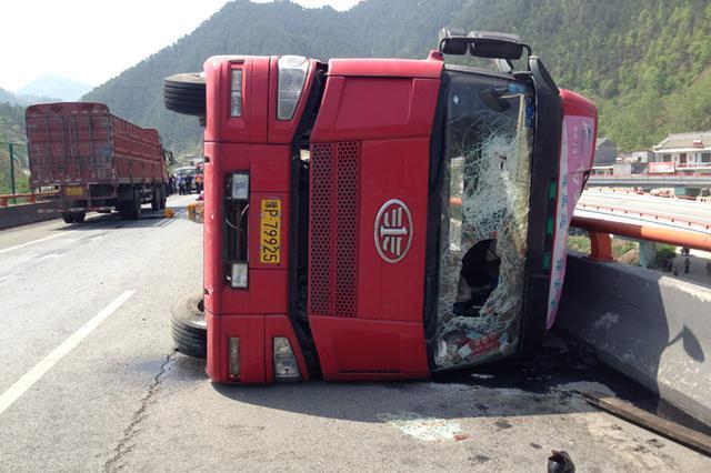 东方发生一起货车侧翻事故 致3人死亡6人受伤