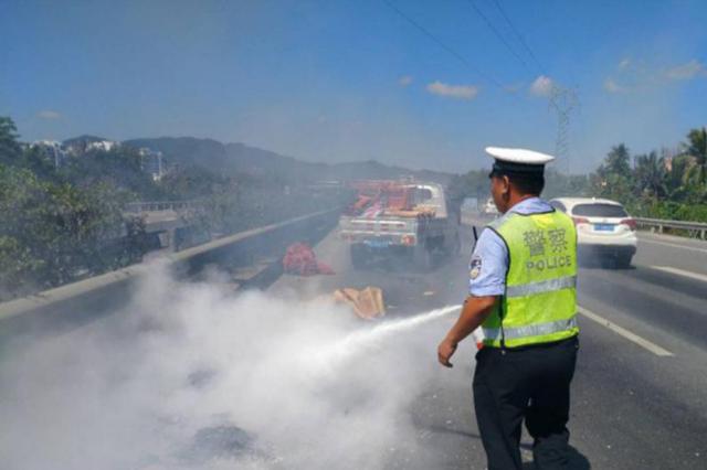 小型货车高速上自燃 三亚警方快速处置保畅通