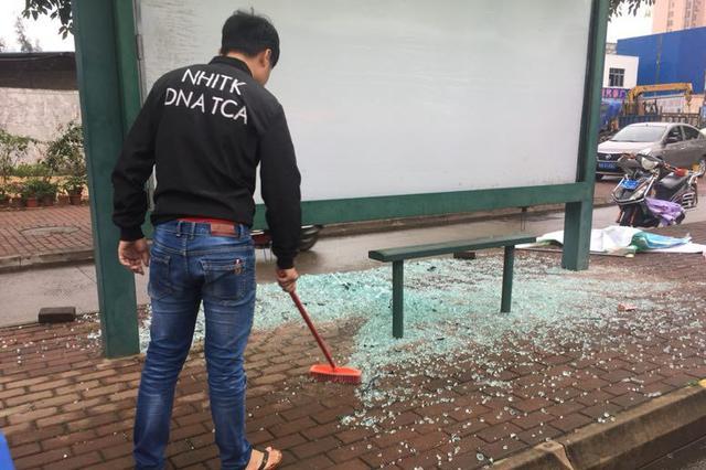 海口一男子泄私愤打砸十几处公交站牌 民警多日搜寻将其抓获