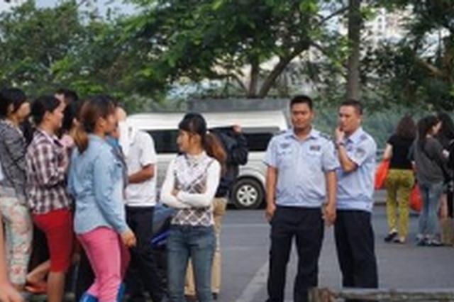 三亚第一市场门口3人违法拉客 被警方拘留10日
