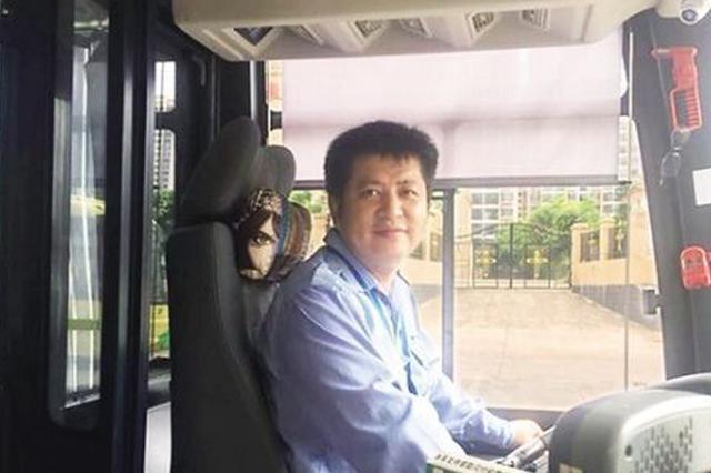 两男子偷手机 海口公交司机挺身而出帮乘客追回