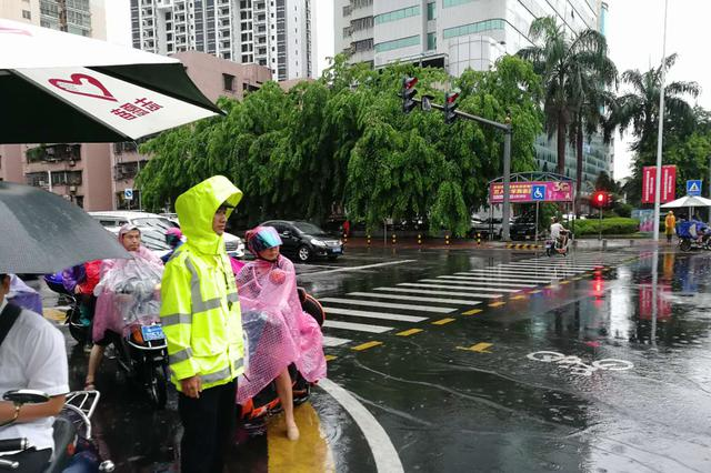 全员上路保畅通 海口公安交警积极应对台风降水天气