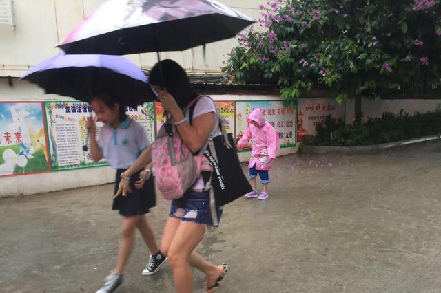 组图|海口受热带低压影响降暴雨 市区部分路段积水