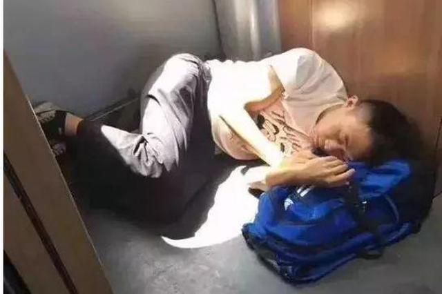 男子动车过道睡觉照片被疯狂转发 真实身份太意外