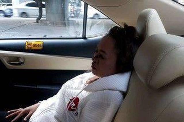 女子坐出租车时化妆发生追尾 眼线笔直接插进左眼