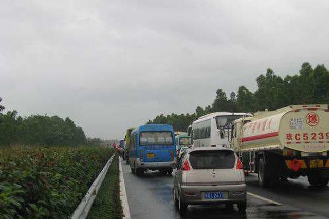 端午路况|东线高速海口往三亚方向龙桥互通路段车流量大