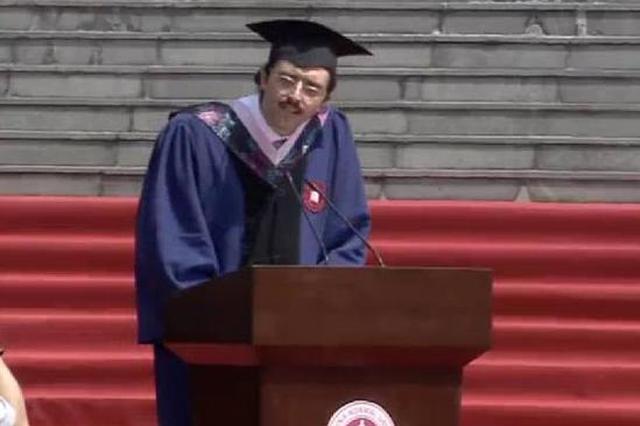 中国开水因毕业致辞意外走红 专家:多喝温水就行