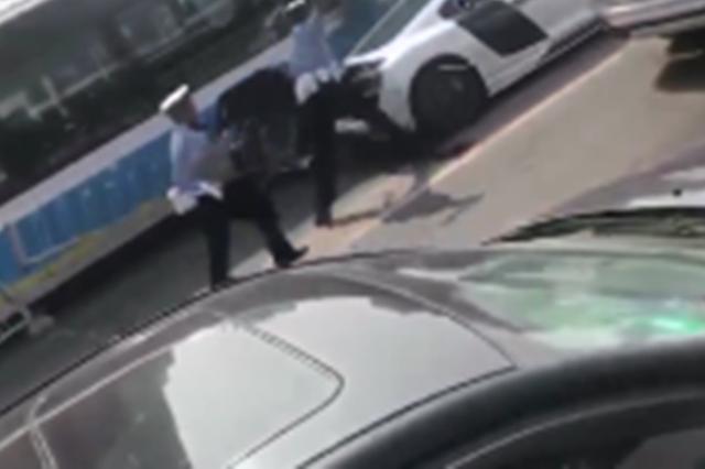 奥迪R8涉嫌违规被查强撞护栏逃逸 致两人受伤