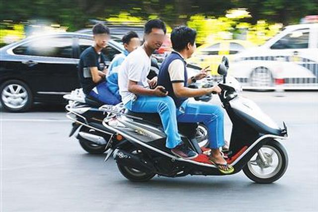 海口交警排查中学生骑电动车