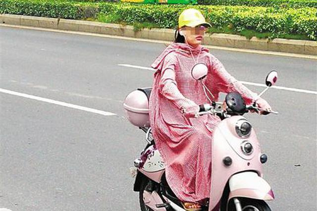 @海南人,反穿衣服骑电动车很危险,你一定要意识到