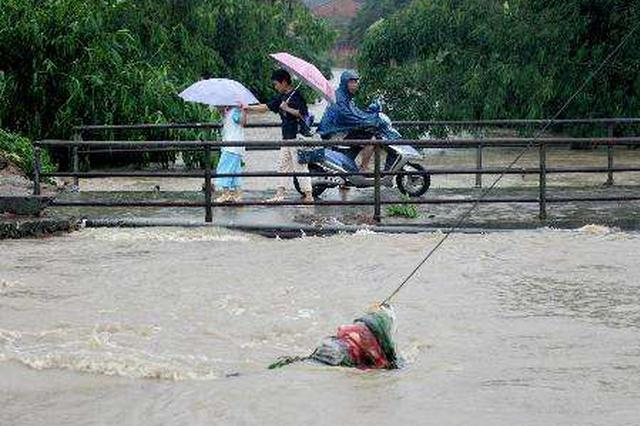 琼中南平村河水漫过桥面 女子骑摩托经过不慎掉落