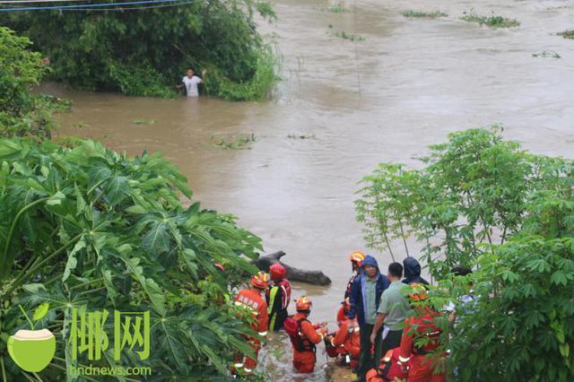 陵水一男子在台风天垂钓被困河中 20分钟内成功救出