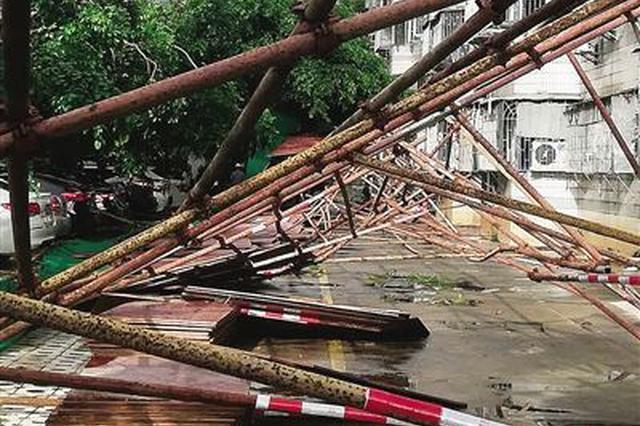 险!海口海虹小区脚手架突倒塌 3车被砸严重受损