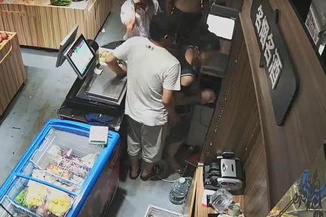 店老板摸女员工臀部辩称:开放社会 摸下怎么了