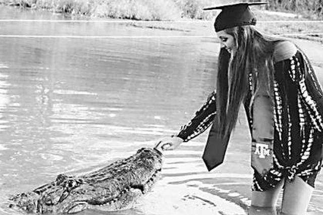 心真大 美国女大学生和鳄鱼拍毕业照走红(图)