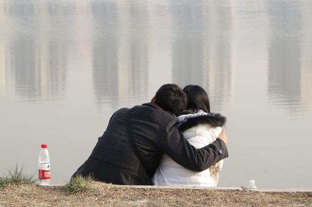 海口:情侣公园谈情太投入 手机被盗竟未察觉