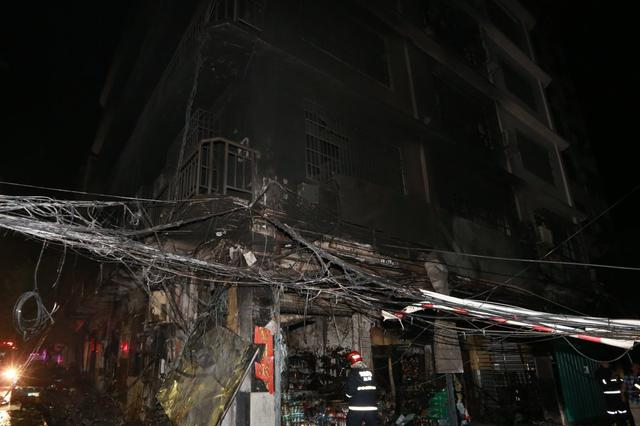 三亚一超市凌晨着火殃及整栋楼 45人紧急逃生