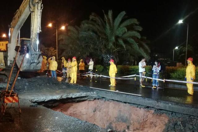 海口丘海大道路面塌陷 15日凌晨市政工人依然在施工维修