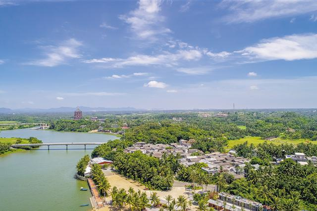 俯瞰博鳌田园小镇,碧海蓝天椰风海韵让人流连忘返。袁琛 摄