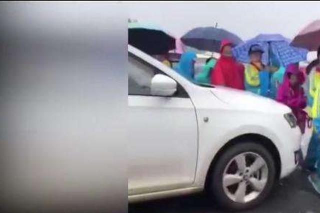 女司机学校门口驾车抵着孩子蹭路 身份曝光系教师