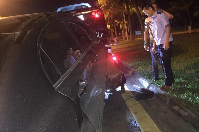 海口滨海大道一辆车撞上路边车辆 肇事车辆司机去向成谜