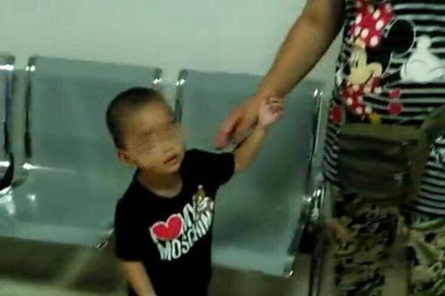 2岁男童车站走失 海口铁警帮其找到妈妈