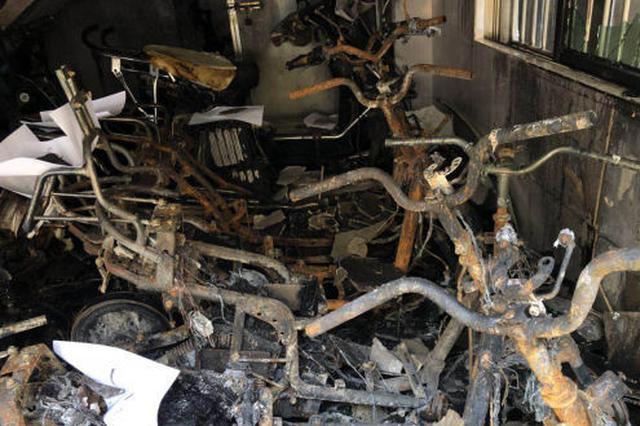 海口一群组楼着火致25辆电动车被烧毁 房东被行拘