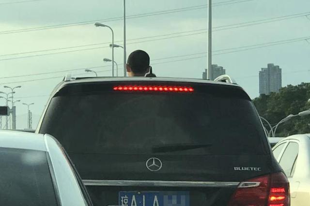 这个举动太危险!海口一男童在行车途中将头伸出天窗