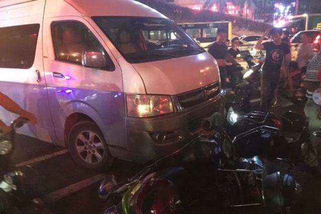海口一商务车突然开上人行道撞翻电动车 致数人受伤