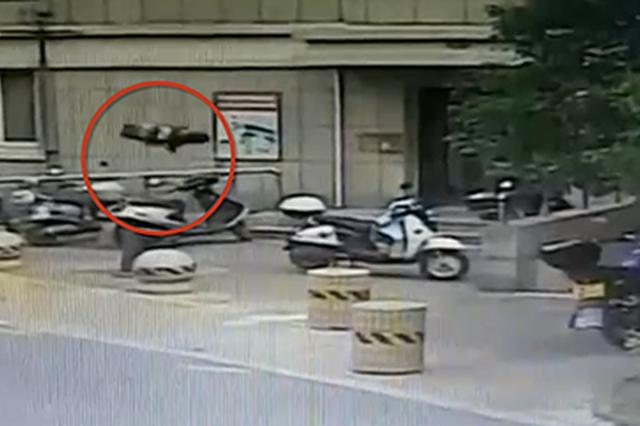 男子與6歲兒子吵架 一怒之下把童車高空拋下(圖)
