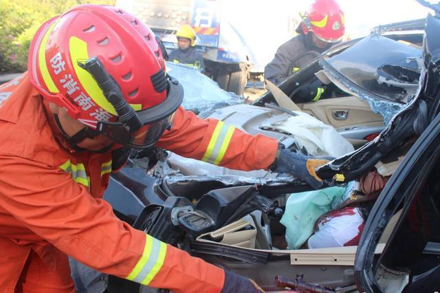 高速追尾司机被困 三亚消防成功救援