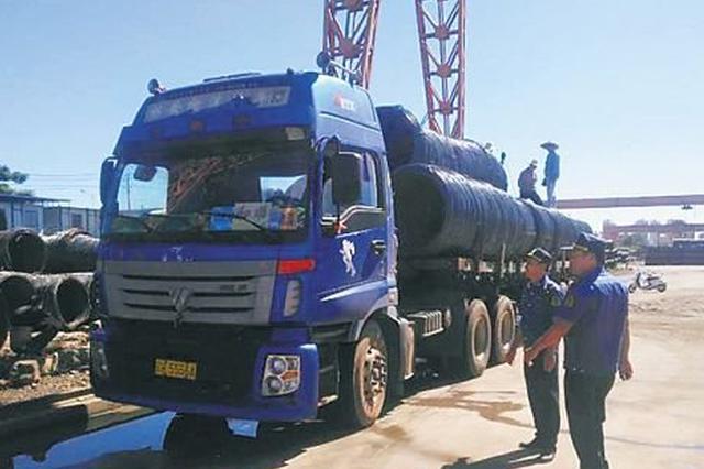 执法人员夜查超限超载货车 海口十几名货车司机锁车逃离