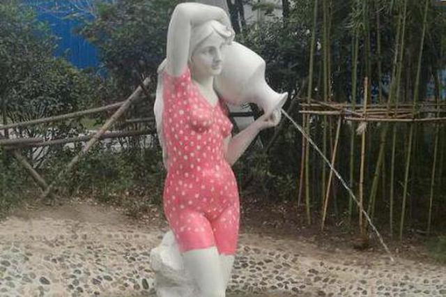 小区摆穿红色泳衣美女洗浴雕像 网友:衣品不好