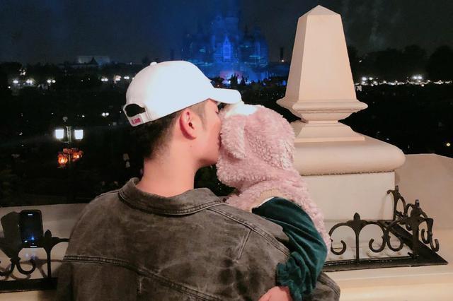 老父親的背影!陳赫為女兒慶生迪士尼看煙花秀獻吻