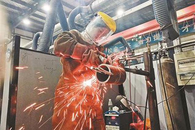 """20岁女""""焊""""子获多项大奖 为学电焊弃高铁乘务员"""
