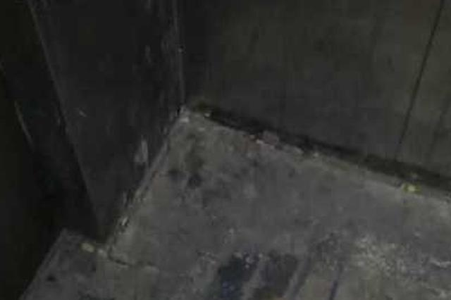 居民楼电梯传来阵阵恶臭 保安在里面小便被抓现行