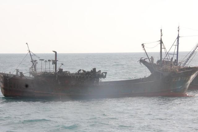 一渔船三亚南山角附近海域突发大火 海南海警二支队紧急救援