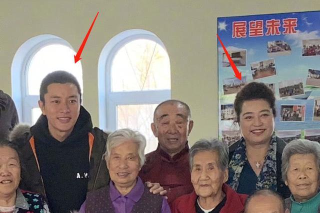 组图:贾乃亮养老院探望老人 与母亲同框表情神同步